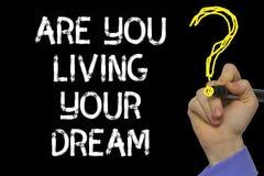 Χέρι που γράφει το κείμενο: Είστε που ζείτε το όνειρό σας στοκ φωτογραφίες