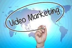 Χέρι που γράφει το τηλεοπτικό μάρκετινγκ στην οπτική οθόνη Στοκ φωτογραφία με δικαίωμα ελεύθερης χρήσης