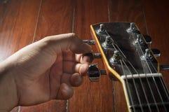 Χέρι που γυρίζει την ακουστική κιθάρα Στοκ φωτογραφία με δικαίωμα ελεύθερης χρήσης