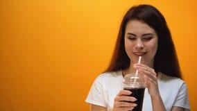Χέρι που δίνει τη σόδα στο νέο κορίτσι, παραγωγή κοινωνίας accustoms στα γλυκαμένα τρόφιμα απόθεμα βίντεο