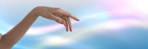 Χέρι που δείχνει και limp με το φωτεινό υπόβαθρο στοκ εικόνες
