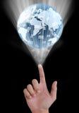 Χέρι που δείχνει μια γήινη σφαίρα και ένα ηλεκτρονικό ταχυδρομείο Στοκ Φωτογραφία