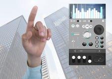 Χέρι που δείχνει με την υγιή μουσική και την ακουστική App εξισωτών εφαρμοσμένης μηχανικής παραγωγής διεπαφή στην πόλη Στοκ εικόνες με δικαίωμα ελεύθερης χρήσης