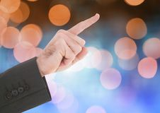 Χέρι που δείχνει με το λαμπιρίζοντας ελαφρύ υπόβαθρο bokeh Στοκ Εικόνες