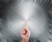 Χέρι που δείχνει στο αφηρημένο γκρίζο υπόβαθρο Στοκ εικόνα με δικαίωμα ελεύθερης χρήσης
