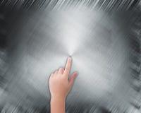 Χέρι που δείχνει στο αφηρημένο γκρίζο υπόβαθρο Στοκ φωτογραφία με δικαίωμα ελεύθερης χρήσης