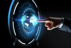 Χέρι που δείχνει το δάχτυλο την εικονική γήινη προβολή Στοκ εικόνα με δικαίωμα ελεύθερης χρήσης