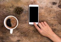 Χέρι που δείχνει το εγχώριο κουμπί του smartphone Στοκ φωτογραφία με δικαίωμα ελεύθερης χρήσης