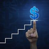 Χέρι που δείχνει το σύμβολο σκαλοπατιών με το εικονίδιο νομίσματος δολαρίων στο μπλε cur Στοκ Εικόνες