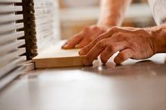 Χέρι που λειτουργεί με έναν ξύλινο διαμορφωτή Στοκ φωτογραφίες με δικαίωμα ελεύθερης χρήσης