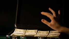 Χέρι που ελέγχει τα δολάρια στη βαλίτσα, παράνομη επιχείρηση, ξέπλυμα χρημάτων, ανταποδόσεις απόθεμα βίντεο