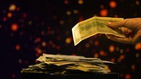 Χέρι που ελέγχει το τραπεζογραμμάτιο δολαρίων, παραποίηση χρημάτων, οικονομική απάτη, παράνομη επιχείρηση φιλμ μικρού μήκους