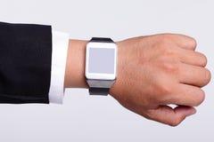 Χέρι που εξυπηρετεί το έξυπνο ρολόι Στοκ Εικόνες