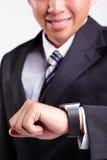 Χέρι που εξυπηρετεί το έξυπνο ρολόι Στοκ εικόνες με δικαίωμα ελεύθερης χρήσης