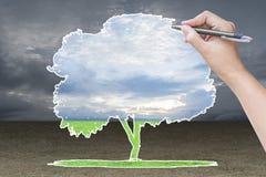 Χέρι που επισύρει την προσοχή ένα δέντρο στον τομέα χλόης Στοκ εικόνα με δικαίωμα ελεύθερης χρήσης