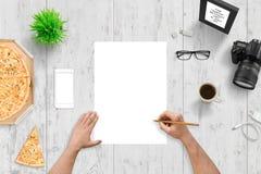 Χέρι που επισύρει την προσοχή σε κενό χαρτί Τοπ άποψη του σχεδιαστή, γραφείο συντακτών Στοκ Φωτογραφίες