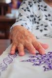 χέρι που ζαρώνεται Στοκ εικόνες με δικαίωμα ελεύθερης χρήσης