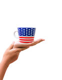 Χέρι που η διαμορφωμένη αμερικανική σημαία κουπών που απομονώνεται στο άσπρο backgr Στοκ εικόνα με δικαίωμα ελεύθερης χρήσης