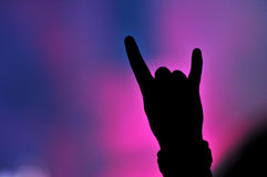 Χέρι που κάνει το σημάδι βράχου σε μια συναυλία βράχου στοκ εικόνα