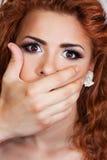 Χέρι που κλείνει το στόμα του κοριτσιού Στοκ φωτογραφία με δικαίωμα ελεύθερης χρήσης