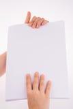Χέρι που κρατά ένα έγγραφο Στοκ Εικόνες
