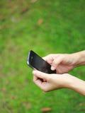 Χέρι που κρατά ένα έξυπνο τηλέφωνο Στοκ φωτογραφία με δικαίωμα ελεύθερης χρήσης