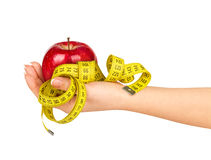 Χέρι που κρατά ένα μήλο με μια μετρώντας ταινία Στοκ φωτογραφία με δικαίωμα ελεύθερης χρήσης