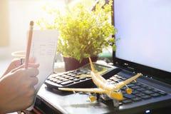 Χέρι που κρατά ένα μολύβι  στοκ φωτογραφία με δικαίωμα ελεύθερης χρήσης