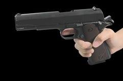 Χέρι που κρατά ένα οπλισμένο πυροβόλο όπλο Στοκ φωτογραφία με δικαίωμα ελεύθερης χρήσης
