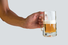 Χέρι που κρατά ένα ποτήρι της μπύρας στο άσπρο υπόβαθρο Στοκ Εικόνες