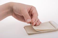Χέρι που κρατά ένα σημειωματάριο Στοκ φωτογραφία με δικαίωμα ελεύθερης χρήσης
