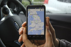 Χέρι που κρατά ένα τηλέφωνο, που παρουσιάζει έναν χάρτη Στοκ φωτογραφία με δικαίωμα ελεύθερης χρήσης