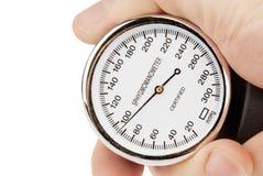 Χέρι που κρατά ένα sphygmomanometer απομονωμένο στο λευκό Στοκ Εικόνες