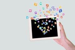 Χέρι που κρατά μια ταμπλέτα με ψηφιακό app Στοκ εικόνα με δικαίωμα ελεύθερης χρήσης
