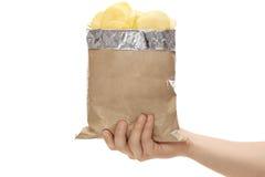 Χέρι που κρατά μια τσάντα των τσιπ πατατών στοκ φωτογραφία με δικαίωμα ελεύθερης χρήσης