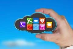 Χέρι που κρατά τα ζωηρόχρωμα app εικονίδια στο μαύρο σύννεφο με τον ουρανό Στοκ Φωτογραφία