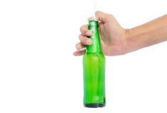 Χέρι που κρατά τα μπουκάλια γυαλιού για την μπύρα Στοκ φωτογραφία με δικαίωμα ελεύθερης χρήσης