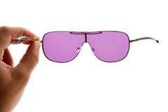 χέρι που κρατά τα ρόδινα γυαλιά ηλίου Στοκ Εικόνα