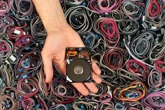 Χέρι που κρατά την ανοικτή κίνηση σκληρών δίσκων, ενάντια στα καλώδια υπολογιστών Στοκ φωτογραφία με δικαίωμα ελεύθερης χρήσης