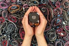 Χέρι που κρατά την ανοικτή κίνηση σκληρών δίσκων, ενάντια στα καλώδια υπολογιστών Στοκ Εικόνες