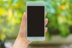 Χέρι που κρατά την κινητή έννοια smartphone Στοκ φωτογραφίες με δικαίωμα ελεύθερης χρήσης
