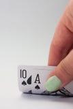 Χέρι που κρατά τις μαύρες κάρτες γρύλων Στοκ Φωτογραφίες