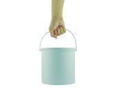 Χέρι που κρατά τον άσπρο πλαστικό κάδο το άσπρο καπάκι που απομονώνεται με Στοκ Εικόνες