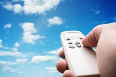 Χέρι που κρατά τον τηλεχειρισμό Στοκ Φωτογραφία