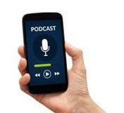 Χέρι που κρατά το έξυπνο τηλέφωνο με την έννοια podcast στην οθόνη Στοκ φωτογραφίες με δικαίωμα ελεύθερης χρήσης