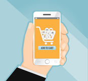 Χέρι που κρατά το έξυπνο τηλέφωνο με τις αγορές, διάνυσμα έννοιας ηλεκτρονικού εμπορίου Στοκ Εικόνα