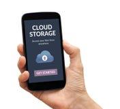 Χέρι που κρατά το έξυπνο τηλέφωνο με app αποθήκευσης σύννεφων την έννοια στους βράχους σε λόφο Στοκ Εικόνες