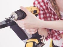 Χέρι που κρατά το κίτρινο τρυπάνι στοκ εικόνα με δικαίωμα ελεύθερης χρήσης