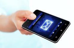 Χέρι που κρατά το κινητό τηλέφωνο με τη νέα οθόνη μηνυμάτων πέρα από το λευκό Στοκ Φωτογραφίες