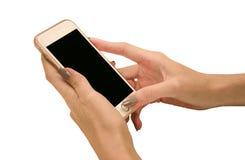 Χέρι που κρατά το μεγάλο έξυπνο τηλέφωνο οθονών επαφής απομονωμένο στο άσπρο υπόβαθρο με το ψαλίδισμα της πορείας για την οθόνη Στοκ φωτογραφία με δικαίωμα ελεύθερης χρήσης